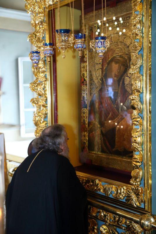 Чудотворный список Иверской иконы Божией Матери. Находится в Новодевичьем монастыре, в Москве.