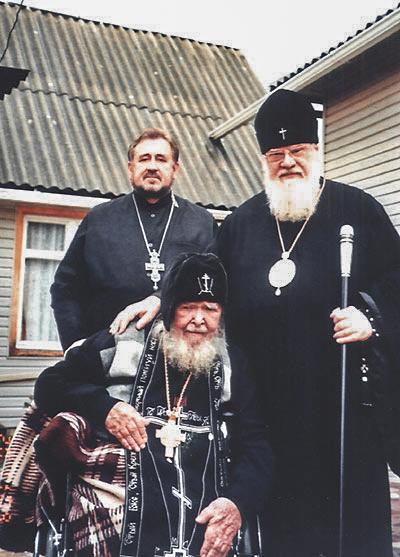 Справа налево: Митрополит Екатеринодарский и Кубанский Исидор, схиархимандрит Симеон (Нестеренко) и настоятель собора протоиерей Иоанн Мартынюк